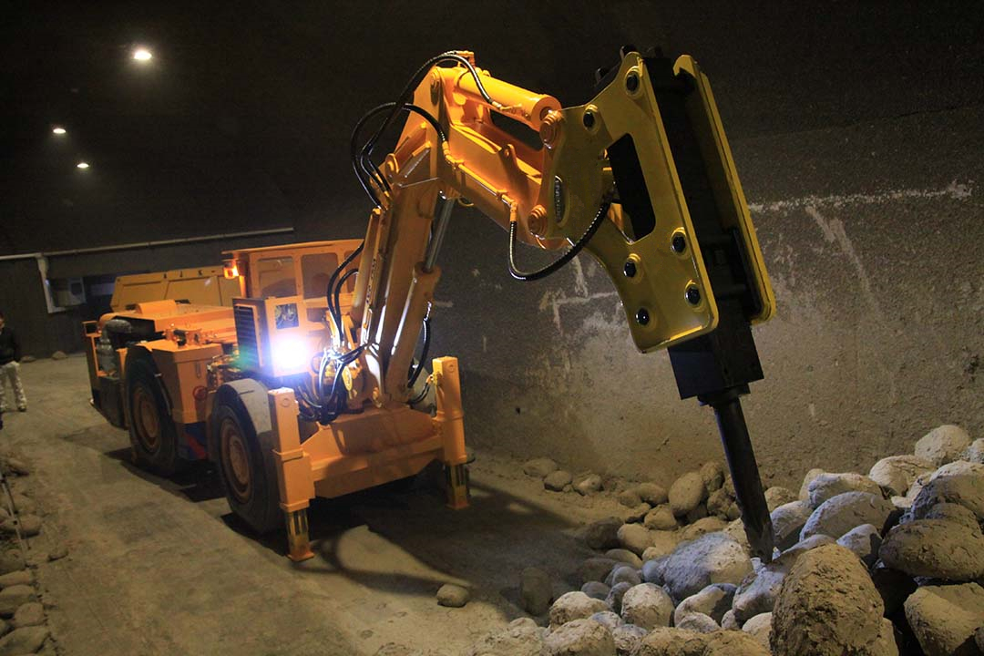ALHA-1700 Mobile Rock Breaker-Beijing Hot Mining Tech-2
